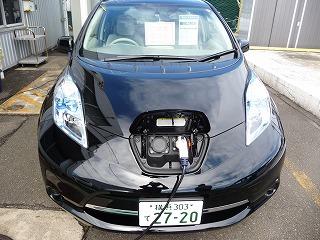 充電する車